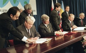 Yeltsin, Clinton, and Kuchma signing the Budapest Memorandum, assuring Ukrainian independence in 1994
